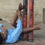 Ινδία: 9χρονο παιδί ζει δεμένο σε στάση λεωφορείου